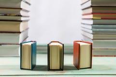 Pilha de vários livros no fundo de madeira Foto de Stock