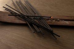 Pilha de varas do incenso no fundo de madeira foto de stock royalty free