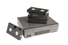 Pilha de videotapes no videorecorder isolado no fundo branco Fotografia de Stock Royalty Free