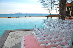 Pilha de vidro na tabela perto da associação no beira-mar imagens de stock royalty free