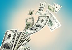 Pilha de voo do dinheiro no fundo imagens de stock