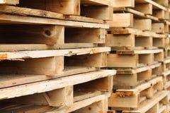 A pilha de woodden páletes Imagem de Stock