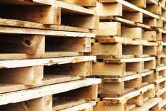 A pilha de woodden páletes Fotos de Stock Royalty Free