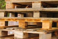 A pilha de woodden páletes Fotografia de Stock Royalty Free