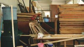 Pilha desordenada das madeiras e das ferramentas no reservado do Junkyard/da garagem do quintal - textura de madeira fotos de stock royalty free