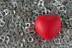 Pilha do abridor de lata da aro ou do anel de tração com coração vermelho como o recy do amor Imagens de Stock Royalty Free