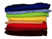 Pilha do arco-íris da roupa no branco com trajeto Foto de Stock