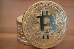 Pilha do bitcoin dourado real na madeira Imagens de Stock Royalty Free
