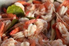 Pilha do camarão cozinhado na cor branca e vermelha com a folha verde do cal imagem de stock royalty free