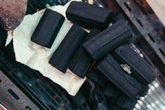 Pilha do carvão vegetal sobre o fogo, queimadura de espera no fogão em Banguecoque, Tailândia fotografia de stock royalty free
