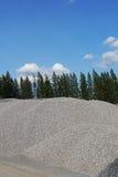 Pilha do cascalho, pedras esmagadas material, planta do asfalto, Tailândia Imagens de Stock