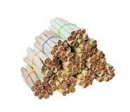 Pilha do cigarro em folhas secado da banana isolado no fundo branco com o trajeto de grampeamento, feito a mão imagens de stock