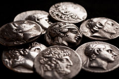 Pilha do close up das moedas de prata do grego clássico Fotos de Stock