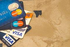 Pilha do close up de cartões de crédito, de visto e de MasterCard Imagem de Stock Royalty Free
