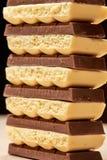 Pilha do close up poroso branco do chocolate seis escuro e cinco Fotos de Stock Royalty Free