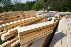 Pilha do corte e pranchas, feixes e partes de madeira preparados foto de stock royalty free