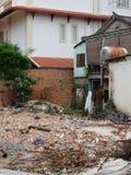 Pilha do desperdício da construção, uma casa dilapidada, uma descarga da cidade imagens de stock