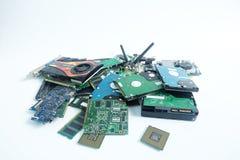 Pilha do desperdício eletrônico da peça do material informático isolado no branco imagem de stock