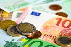 Pilha do dinheiro do Euro de euro- cédulas e moedas diferentes Fotografia de Stock Royalty Free