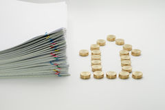 Pilha do documento da sobrecarga das moedas e da pilha de ouro Fotografia de Stock Royalty Free