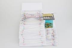 A pilha do documento da sobrecarga tem espetáculos e moeda de ouro Imagens de Stock Royalty Free