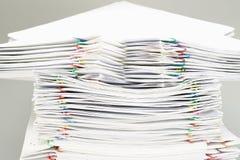 Pilha do documento e dos relatórios brancos da sobrecarga Foto de Stock