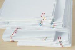 Pilha do documento e dos relatórios da carga de trabalho com clipe de papel colorido Foto de Stock