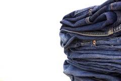 Pilha do fundo do branco das calças de brim Foto de Stock