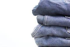 Pilha do fundo do branco das calças de brim Imagem de Stock Royalty Free