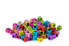 Pilha do grânulo ou dos grânulos da letra com alfabeto no fundo branco fotos de stock royalty free