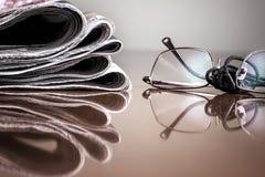 Pilha do jornal & dos vidros Imagem de Stock