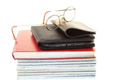 Pilha do leitor do eBook dos vidros dos livros, isolada Fotos de Stock Royalty Free
