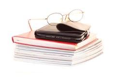 Pilha do leitor do eBook dos vidros dos livros, isolada Imagem de Stock
