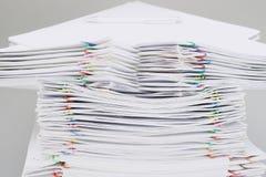 Pilha do Livro Branco da sobrecarga e dos relatórios e da pena do borrão Foto de Stock