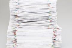 Pilha do Livro Branco e dos relatórios da sobrecarga Imagem de Stock