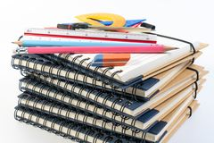 A pilha do livro, classe da educação da matemática do escritório com matemática fornece divisores da mola, ajusta o quadrado, o l fotografia de stock royalty free