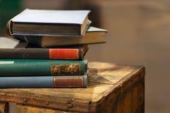 Pilha do livro velho na caixa de madeira fotografia de stock royalty free