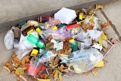 Pilha do lixo plástico no assoalho, do vidro do desperdício do lixo e de palhas plásticos, desperdício do saco de plástico, lixo  fotografia de stock royalty free
