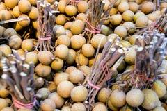 pilha do longan no mercado de produto fresco de Tailândia os frutos tropicais famosos recomendam ao turista e ao viajante fotografia de stock royalty free