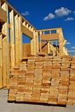 Pilha 2 do ` x madeira serrada dimensional de 8 ` para a construção foto de stock