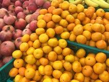 Pilha do mandarino, de tangerina e de romã imagens de stock