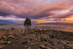 Pilha do mar de Hvitserkur no por do sol foto de stock royalty free