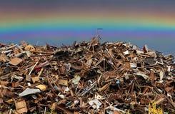 pilha do metal do preto da sucata empilhado no ar livre fotos de stock royalty free