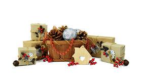 Pilha do Natal dos presentes e do ouropel da Natal-árvore/isolado/ imagens de stock royalty free
