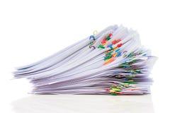 Pilha do papel com grampos coloridos Fotos de Stock Royalty Free
