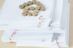 A pilha do papel da sobrecarga tem o lugar das moedas de ouro do borrão como a casa Fotos de Stock