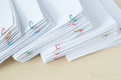 Pilha do papel e dos relatórios da carga de trabalho com clipe de papel colorido Foto de Stock Royalty Free