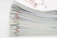 Pilha do papel e dos relatórios da sobrecarga com espetáculos e pena Foto de Stock Royalty Free