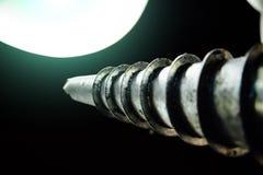 A pilha do parafuso no fundo escuro, fecha-se acima da vista imagens de stock royalty free