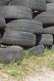 Pilha do pneu de borracha velho usado seis Fotos de Stock